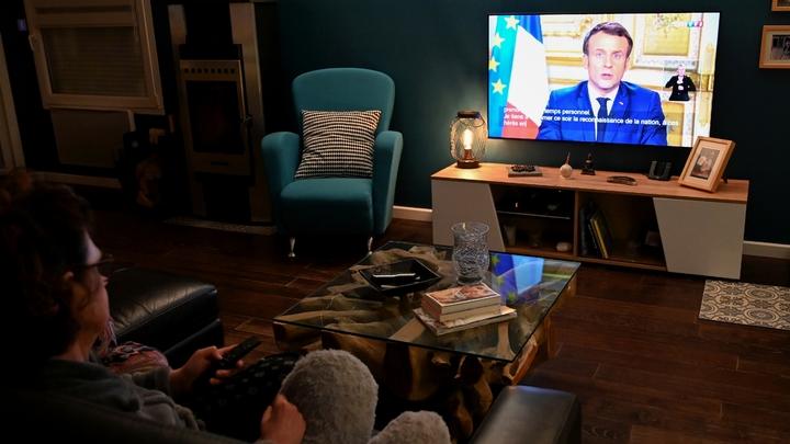 Une famille regarde l'allocution du président Macron, le 12 mars 2020 à Lille