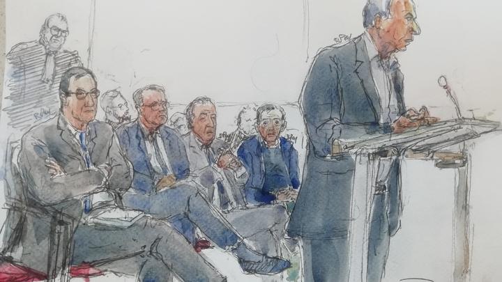 Croquis d'auduence montrant l'homme d'affaires Ziad Takieddine s'exprimant devant le tribunal, avec derrière lui les autres accusés : (à partir de la gauche) Nicolas Bazir, Renaud Donnedieu de Vabres, Thierry Gaubert et Dominique Castellan
