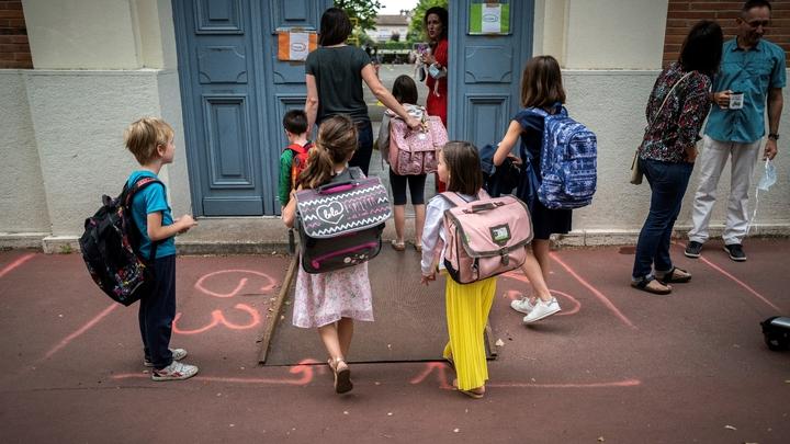 Parents et enfants arrivent à l'école primaire Jules Julien à Toulouse, le 22 juin 2020 suite à une réouverture des écoles en France