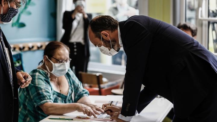 Le Premier ministre Edouard Philippe, candidat à la mairie du Havre, vote au deuxième tour des municipales, le 28 juin 2020 au Havre
