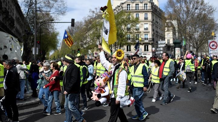 """Des manifestants """"gilets jaunes"""" défilent, le 30 mars 2019 à Paris"""