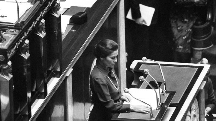 Simone Veil, ministre de la Santé du gouvernement de Valéry Giscard d'Estaing,  demande la légalisation de l'avortement à la tribune de l'Assemblée nationale, le 26 novembre 1974 à Paris