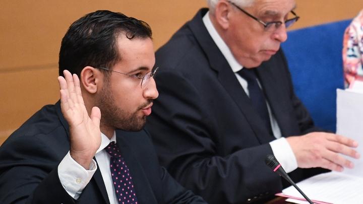 Alexandre Benalla, ex-collaborateur du président Emmanuel Macron, prêtant sement au début de son audition, le 19 septembre 2018, par le Sénat à Paris.