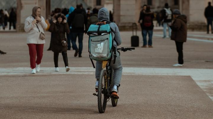 Un coursier à vélo, à Paris