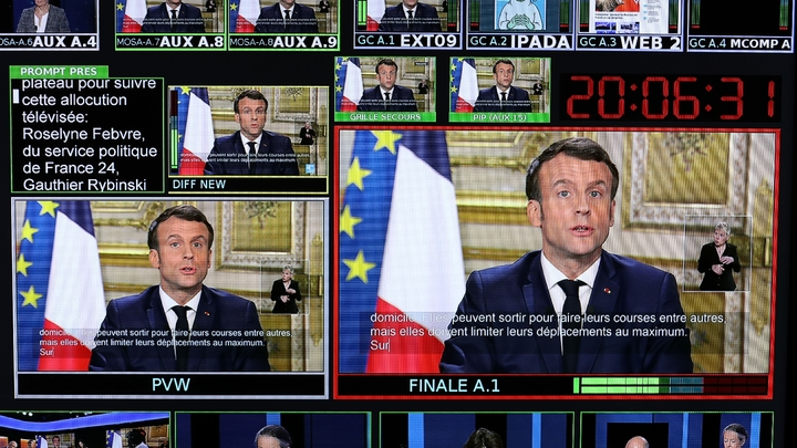 Un écran diffusant en multiplex le discours d'Emmanuel Macron depuis l'Elysée, le 12 mars 2020