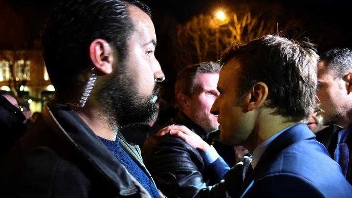 Alexandre Benalla (g) au côté d'Emmanuel Macron lors d'un déplacement à Angers en février 2017
