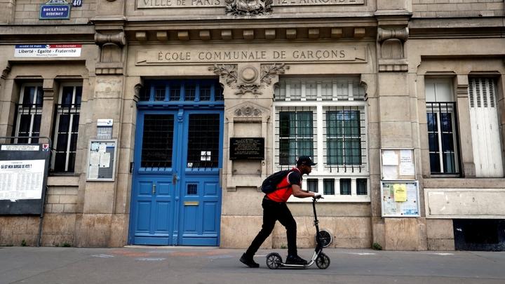 Une école élémentaire à Paris, fermée, le 24 avril 2020
