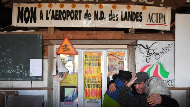 Dans la Zad de Notre-Dame-des-Landes, des militants anti-aéroport se réjouissent de la décision de l'exécutif d'abandonner le projet, le 17 janvier 2018