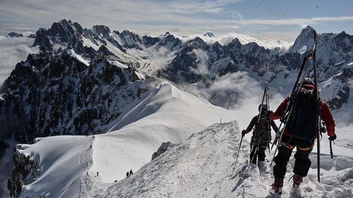 """Des skieurs de randonnée sur le glacier de la """"Vallée blanche"""", le 16 mai 2020 à Chamonix, lors du premier week-end post-confinement en France"""
