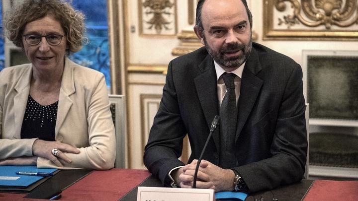 Le Premier ministre Edouard Philippe et la ministre du Travail Muriel Penicaud (G) lors d'une rencontre avec les syndicats à Matignon le 11 janvier 2019