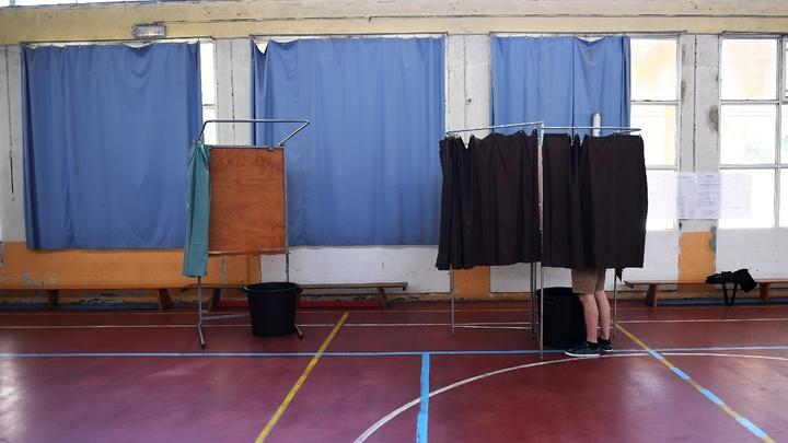 Un homme dans l'isoloir lors du second tour des élections législatives, le 17 juin 2017 à Marseille