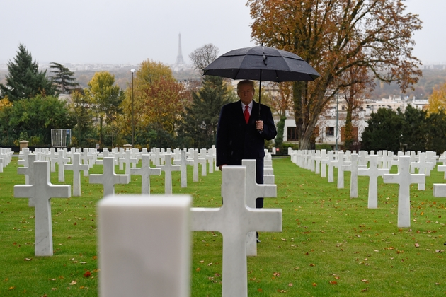 Le président Donald Trump rend hommage aux soldats américains morts lors de la Première Guerre mondiale, au cimetière américain de Suresnes, près de Paris, le 11 novembre 2018