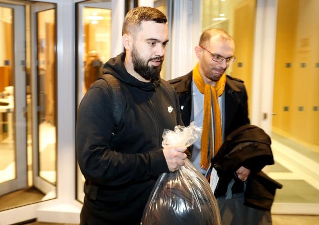 """Eric Drouet, accompagné de son avocat, sort de sa garde à vue le 23 décembre 2018, après son interpellation lors d'une manifestation de """"gilets jaunes"""" à Paris"""