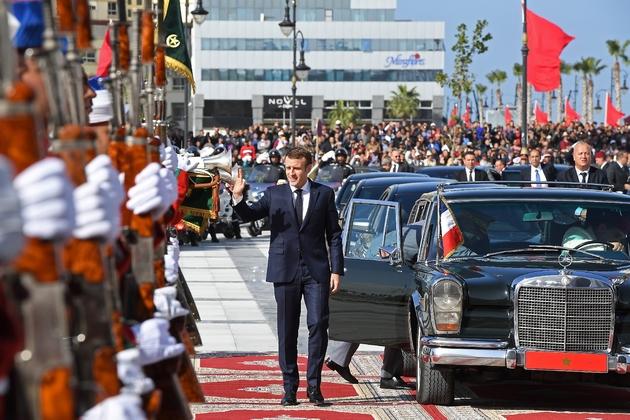 Le président français Emmanuel Macron arrive à la gare de Tanger, dans le nord du Maroc, le 15 novembre 2018, pour l'inauguration d'une ligne de train à grande vitesse