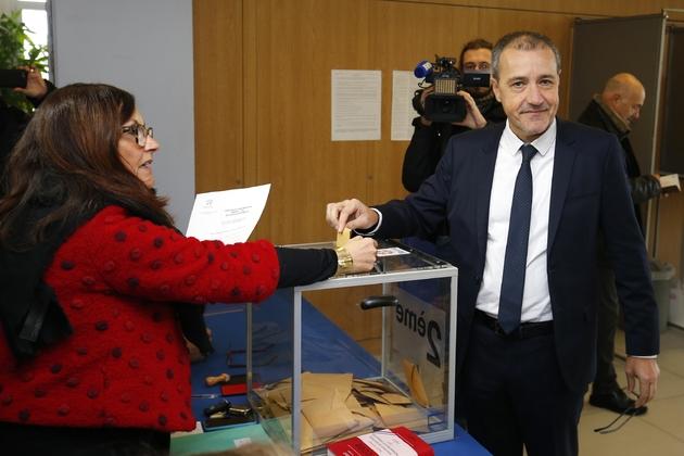 Jean Guy Talamoni (c) du parti Corse Libre vote pour élire une collectivité territoriale à Bastia, le 3 décembre 2017