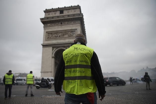 Les gilets jaunes mettent la pression sur le président (ici le 24 novembre 2018 à près de l'Arc de Triomphe à Paris)