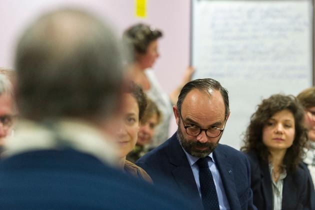 Le Premier ministre Edouard Philippe et la secrétaire d'État à la Transition écologique, Emmanuelle Wargon (g), lors d'une réunion dans le cadre du grand débat national, le 31 janvier 2019 à Lenax, en Auvergne