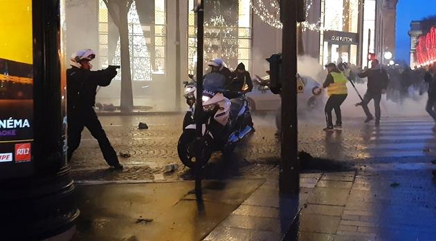 Capture vidéo d'un policier filmé le 22 décembre 2018 sur les Champs-Elysées à Paris