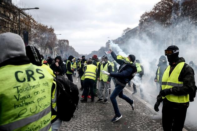 """Heurts lors de la manifestation de """"gilets jaunes"""" sur les Champs-Elysées à Paris, le 8 décembre 2018"""