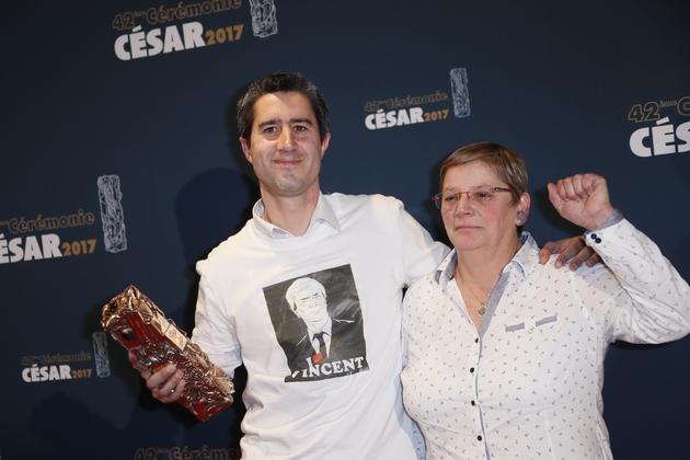 """Francois Ruffin, accompagné de Marie-Hélène Bourlard, lorsque son documentaire """"Merci patron!"""" est couronné du César en 2017"""