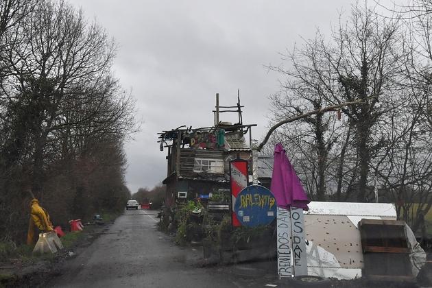 Une cabane construite sur la route traversant la Zad de Notre-Dame-des-Landes, le 9 janvier 2018