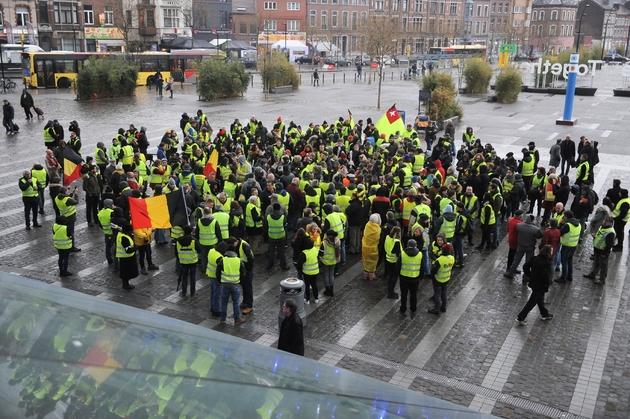 """Des personnes rassemblées après la mort d'un membre des """"gilets jaunes"""", le 12 janvier 2019 à Visé, en Belgique"""