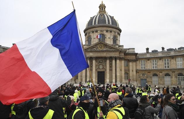 """Des """"gilets jaunes"""" devant l'Institut de France, le 5 janvier 2019 à Paris"""