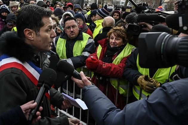 """Le maire LR de Valence Nicolas Daragon parle avec des """"gilets jaunes"""" devant la préfecture de la Drôme, où Emmanuel Macron rencontre des élus, le 24 janvier 2019"""