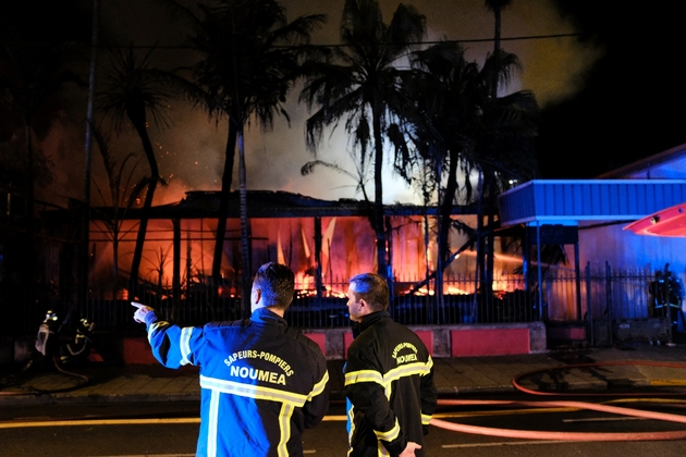 Des pompiers luttent contre l'incendie d'une maison après le résultat du référendum d'autodétermination, le 5 novembre 2018 à Nouméa, en Nouvelle-Calédonie