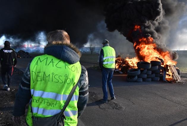 """Un """"gilet jaune"""" avec la mention """"Macron démission"""" manifeste le 11 décembre 2018,  à Aimargues (près de Montpellier)"""