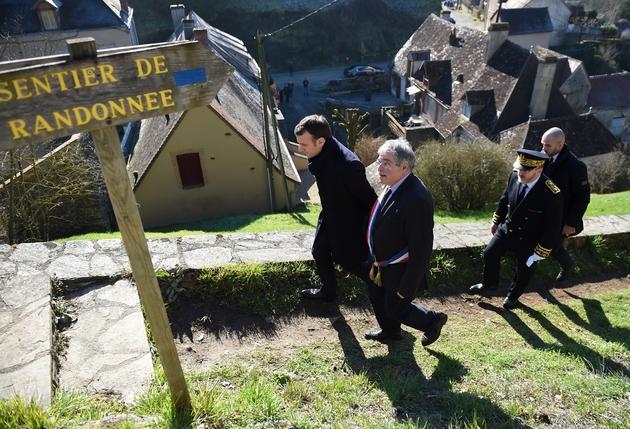 Emmanuel Macron marche dans les rues du village de Gargilesse-Dampierre, au côté de son maire Vanik Berberian, le 14 février 2019