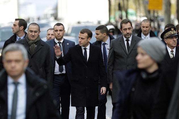 Le président Emmanuel Macron (c) accompagné par le ministre de l'Intérieur Christophe Castaner, le préfet de police de Paris Michel Delpuech (d) et le secrétaire d'Etat à l'Intérieur Laurent Nuñez (g), le 2 décembre 2018 à Paris au lendemain des violences