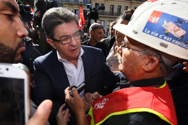 Jean-Luc Mélenchon parle avec un manifestant de la CGT à Marseille, le 12 septembre 2017