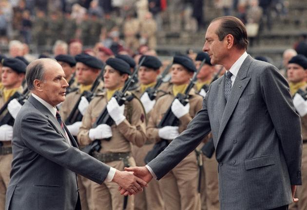 Le président François Mitterrand et le Premier ministre Jacques Chirac le 18 juin 1987 au Mont Valérien