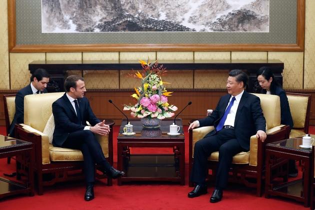 Le président Emmanuel Macron (g) et son homologue chinois Xi Jinping (d), le 8 janvier 2018 à Pékin