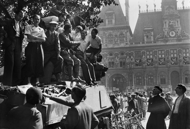 La foule accueille les troupes alliées devant l'hôtel de ville de Paris le 25 août 1944