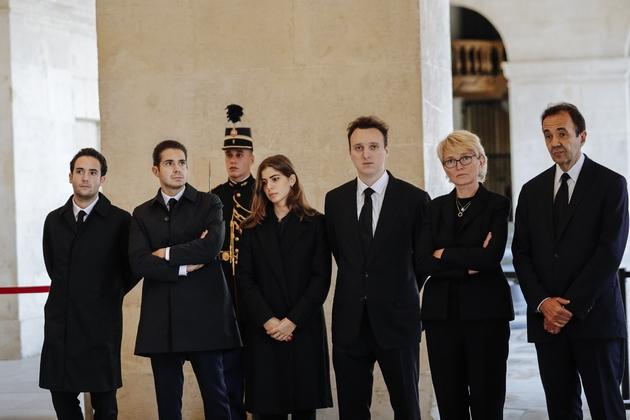 Claude Chirac, son mari Frédéric Salat-Baroux, et leurs enfants respectifs, peu avant la cérémonie d'hommage à son père Jacques Chirac, aux Invalides, le 29/09/2019