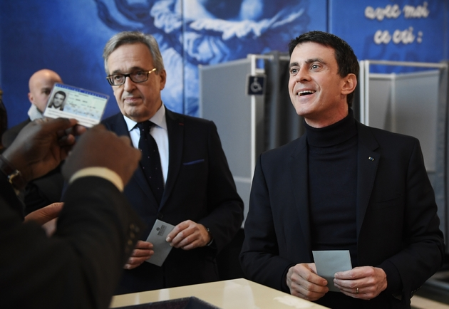 Manuel Valls s'apprête à déposer son bulletin dans l'urne à Évry le 29 janvier 2017, en compagnie du maire de la ville Francis Chouat