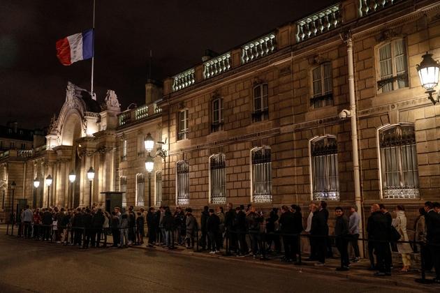 Des personnes patientent devant l'Elysée, le 26 septembre 2019