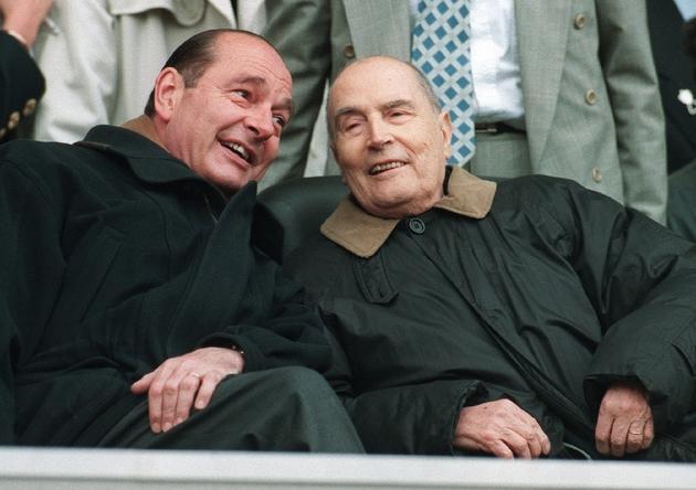 Jacques Chirac peu après son élection à l'Elysée au côté de son prédécesseur François Mitterrand, le 13 mai 1995 au Parc des Princes à Paris