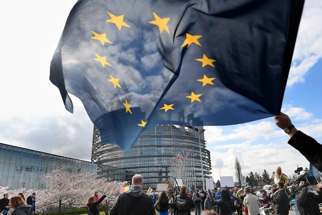 Le drapeau européen devant le Parlement européen à Strasbourg, le 26 mars 2019
