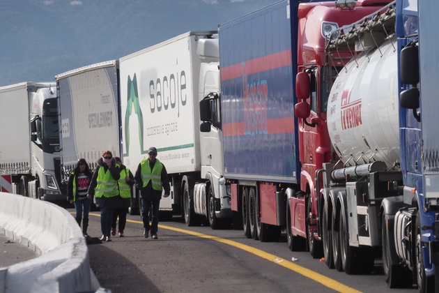 Blocage de la circulation sur l'autoroute A9 par les gilets jaunes