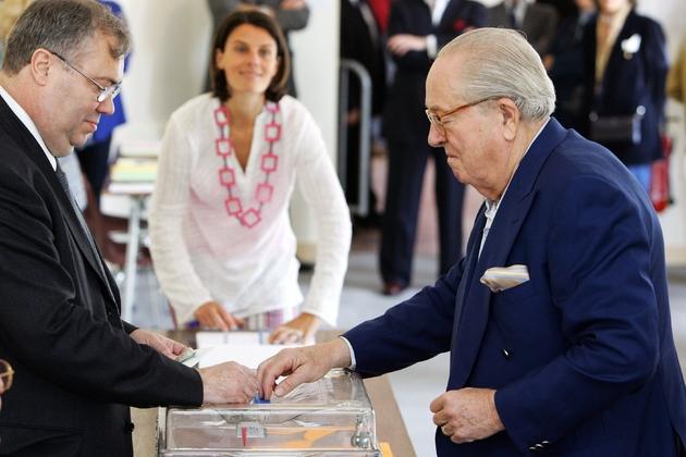 Le président du FN Jean-Marie Le Pen vote à Saint-Cloud (Hauts-de-Seine) lors des légisaltives de 2007