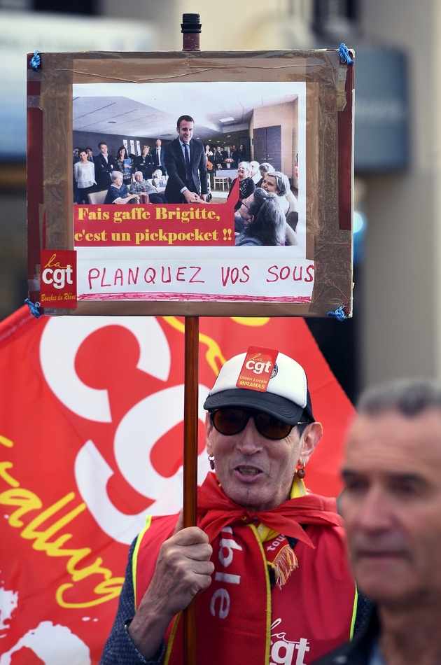Un manifestant tient une pancarte dénonçant la hausse de la CSG sur les pensions de retraite, lors d'une manifestation des retraités, le 11 avril 2019 à Marseille.