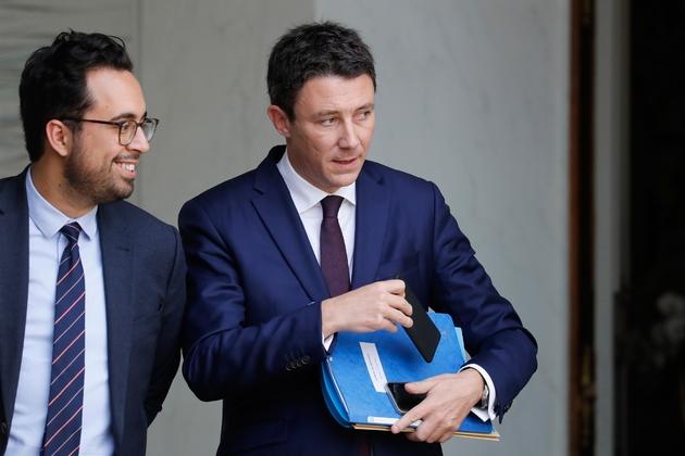 Benjamin Griveaux (d) et Mounir Mahjoubi à l'issue d'une réunion à l'Elysee, le 25 octobre 2017
