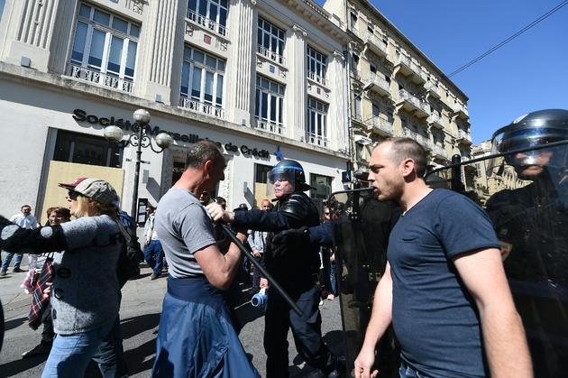 Des policiers filtrent l'accès au centre-ville d'Avignon, le 30 mars 2019
