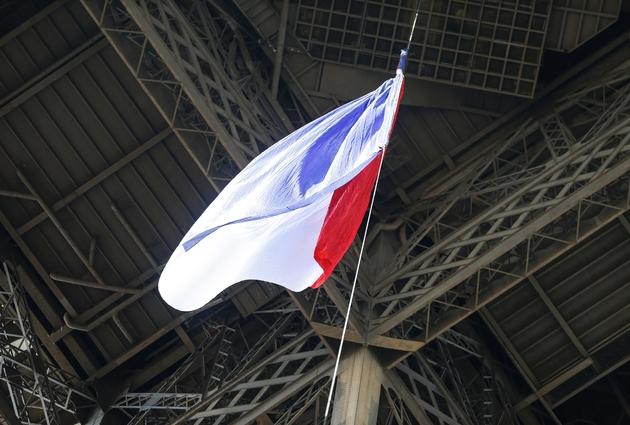 Le drapeau tricolore est hissé sur la tour Eiffel le 25 août 2019 en hommage aux pompiers qui déployèrent l'étendard il y a 75 ans le jour de la Libération de Paris