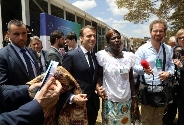 """Le président Emmanuel Macron (g) et Marina Kra Affoua (c), membre de l'association ivoirienne """"Solar mamas"""", le 14 mars 2019 à Nairobi, au Kenya"""