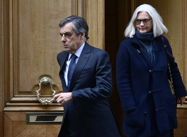François Fillon et son épouse Penelope sortent de leur domicile parisien le 24 février 2020