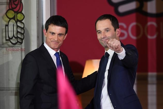 Benoît Hamon (D) et Manuel Valls (G), le 29 janvier 2017 à Paris
